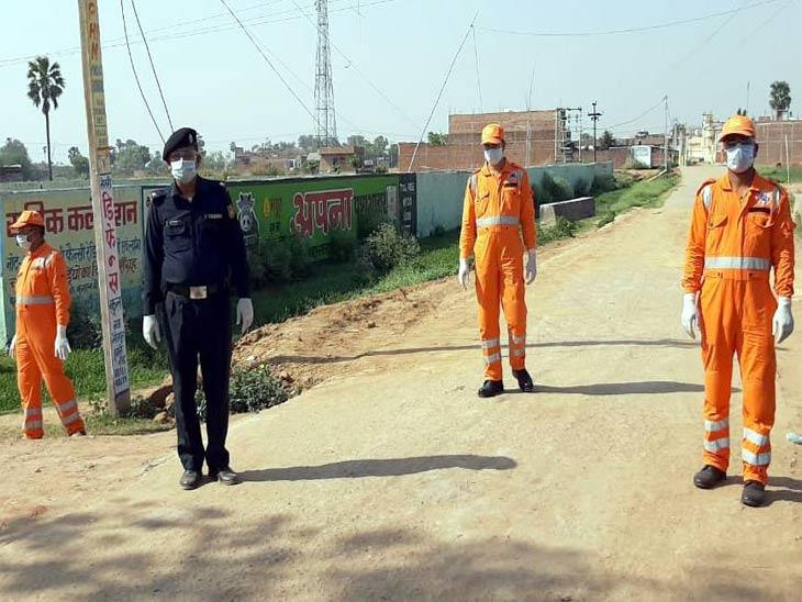 बक्सर जिले के नया भोजपुर गांव में तैनात एनडीआरएफ के जवान। यहां शनिवार को दो मरीजों की कोरोना रिपोर्ट पॉजिटिव आई।