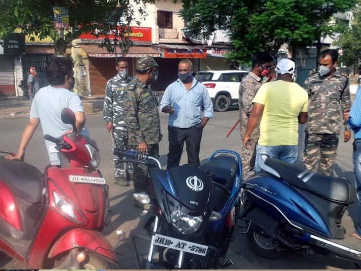 बोकारो में बिना जरूरी काम घरों से बाहर निकलने वाले व बाइक पर दो सवारी होने पर पुलिस ने कड़ाई से पूछताछ की।
