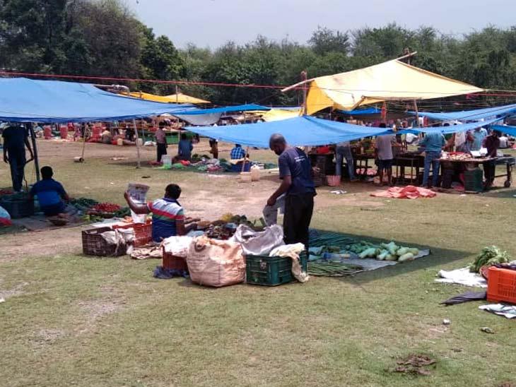 जमशेदपुर में सोशल डिस्टेंस का ध्यान रखते हुए सब्जी की दुकानें लगवाई गई।