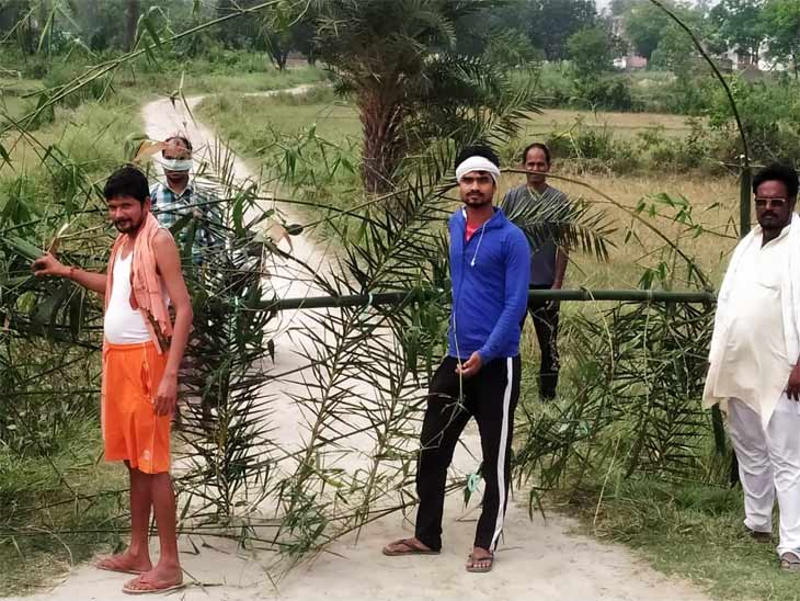 सीवान के बसंतपुर की बासव पंचायत के रास्ते को बंद करते गांव के लोग।