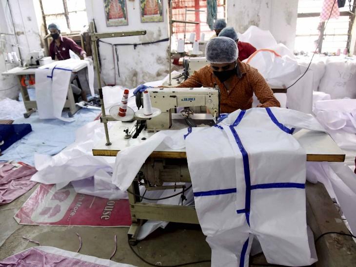 पटना की एक फैक्ट्री में हेल्थ वर्कर्स के लिए पीपीई किट तैयार करते कर्मचारी।