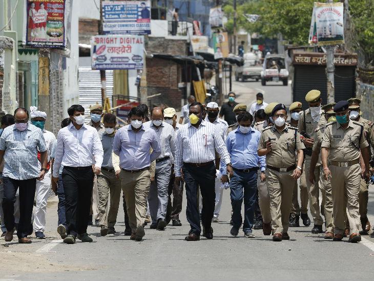 महाराष्ट्र में संक्रमण तेजी से बढ़ रहा है। ऐसे में पुलिस ने यहां कंटेनमेंट एरिया में फ्लैग मार्च बढ़ा दिया है। लोगों से घरों में ही रहने की हिदायत दी जा रही है।
