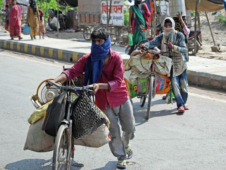 प्रयागराज से मजदूर आसपास के जिलों में स्थित अपने गांवों की ओर पलायन करने लगे हैं। दरअसल, लॉकडाउन बढ़ने के साथ ही इनकी मुसीबतें भी बढ़ने लगी हैं।