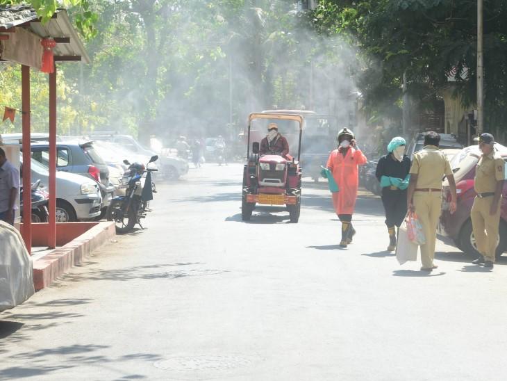 मुंबई के एक कंटेनमेंट जोन को सैनिटाइज करते दमकल विभाग के कर्मचारी। शहर में अब तक 4 हजार से ज्यादा मामले सामने आ चुके हैं।