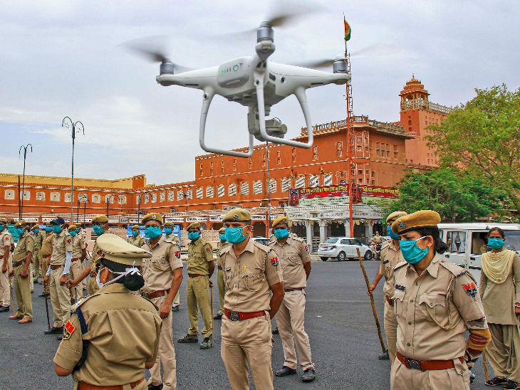 जयपुर के बड़ी चौपड़ इलाके में पुलिस के जवान पेट्रोलिंग करते हुए। राजस्थान में राजधानी जयपुर कोरोना संक्रमण से सबसे ज्यादा प्रभावित है।