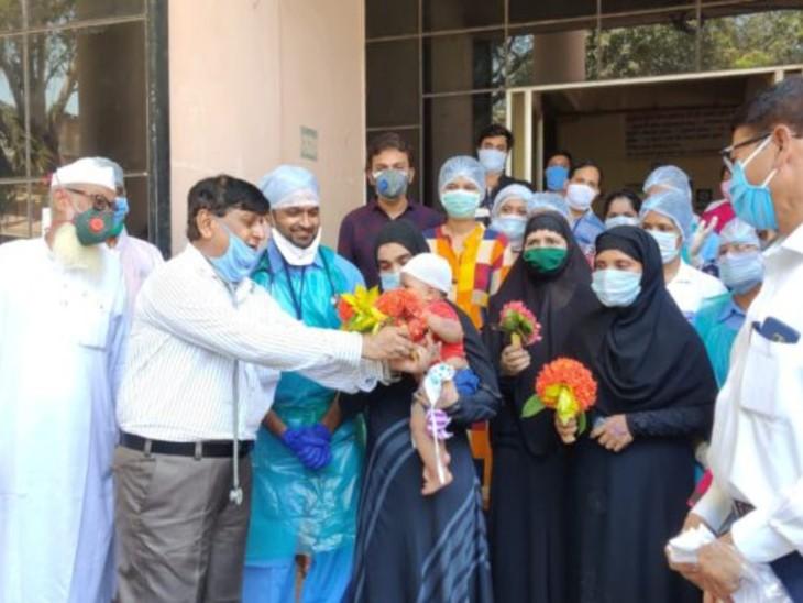 महाराष्ट्र के रत्नागिरी में बच्चा कोरोना संक्रमण से मुक्त होकर वापस घर गया। उसे विदाई देने के लिए हॉस्पिटल का पूरा स्टाफ फूल लेकर पहुंचा था।