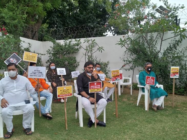 केंद्रीय मंत्री बाबुल सुप्रियो, सांसद स्वपन दास गुप्ता नई दिल्ली स्थित अपने आवास पर धरने पर बैठे।