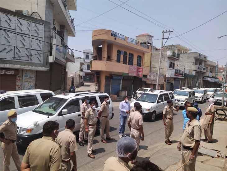 सोनीपत के जीवन नगर में लॉक डाउन की सख्ती से पालना की हिदायत देते हुए पुलिस अधिकारी। प्रदेशभर में पुलिस प्रशासन को सख्ती से लॉकडाउन अनुपालन के आदेश दिए गए हैं। - Dainik Bhaskar
