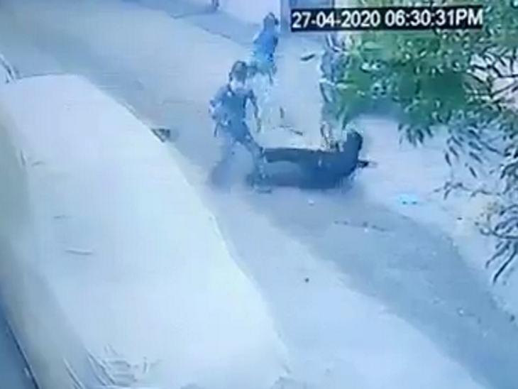 उज्जैन में घर से पैदल ड्यूटी पर जा रहे सिक्योरिटी गार्ड की चाकू घोंपकर हत्या, वारदात सीसीटीवी में कैद|इंदौर,Indore - Dainik Bhaskar