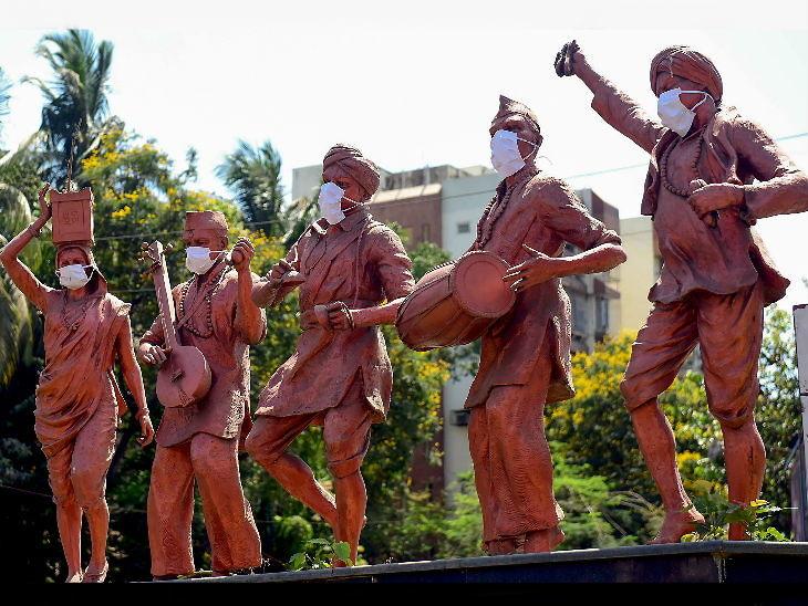 कोरोना संक्रमण के प्रति लोगों को जागरूक करने के लिए मुंबई के जुहू में लगी वारकरी की मूर्तियों को मास्क पहना दिए गए। विट्ठल भगवान के भक्तों को वारकरी कहा जाता है।