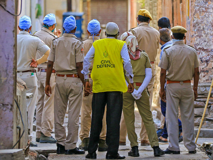 यह तस्वीर जयपुर की है। किशनपोल बाजार क्षेत्र में कोरोना संक्रमण का मामला सामने आने के बाद यहां सुरक्षाकर्मी इलाके को सील करने पहुंचे।