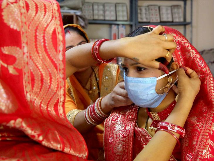 अभी मास्क जरूरी है। यह तस्वीर यही संदेश दे रही है। भोपाल में कोरोना महामारी के बीच रविवार को एक शादी हुई। इसमें वर-वधु ने खुद को संक्रमण से बचाने के लिए मास्क लगाया।
