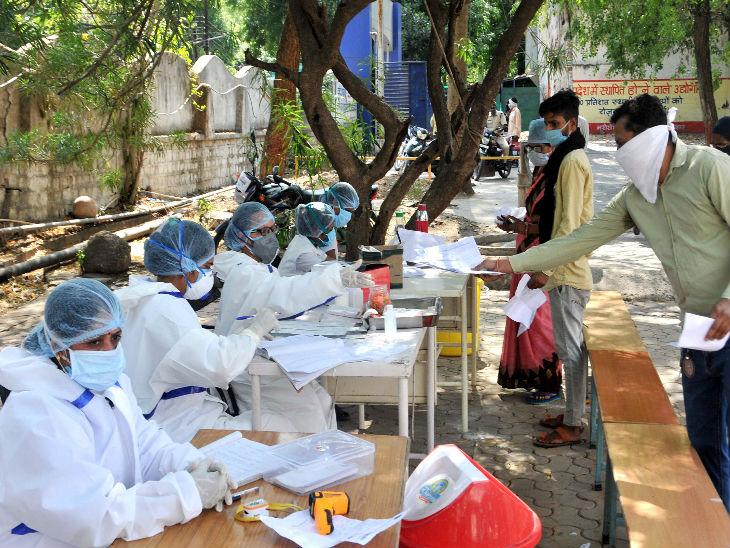 यह तस्वीर भोपाल के एक सरकारी अस्पताल की है। डॉक्टरों की टीम सामान्य सर्दी, खांसी जैसे लक्षण वाले लोगों की जांच कर रही है। - Dainik Bhaskar