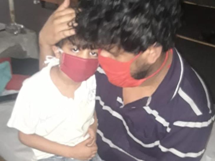 यह तस्वीर कोटा की है। यहां शुक्रवार को ठीक होने के बाद पिता को आइसोलेशन से डिस्चार्ज कर दिया गया। वहीं 5 साल का बेटा अब भी संक्रमित है। वार्ड से जाते वक्त पिता ने बेटे को यूं गले लगाया। - Dainik Bhaskar