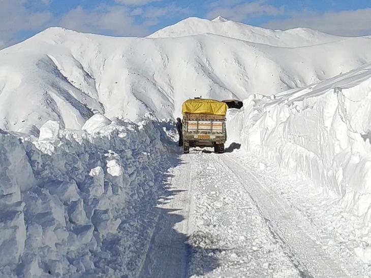 बर्फबारी के दिनों में बांदीपोरा से गुरेज को जोड़ने वाले रोड के एक हिस्से पर बर्फ की मोटी चादर बिछ जाती है। इसीलिए 6 महीने तक गुरेज घाटी का कश्मीर से संपर्क नहीं रहता। - Dainik Bhaskar