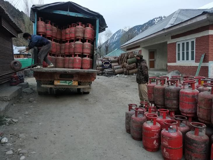 शनिवार को एलपीजी गैस की टंकियों से भरे 2 ट्रक बांदीपोरा से गुरेज घाटी की ओर रवाना किए गए थे।