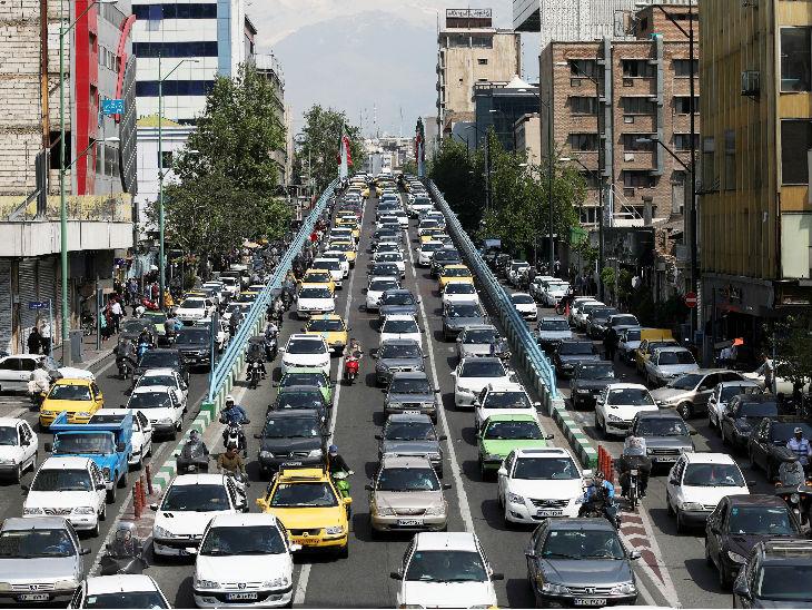 यह तस्वीर 20 अप्रैल की है। ईरान में शॉपिंग मॉल और बाजार खुलने के बाद सड़क पर ट्रैफिक की स्थिति।