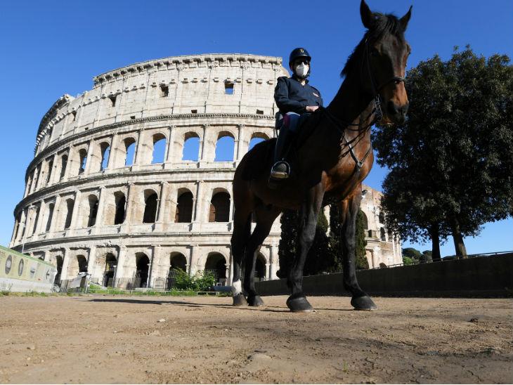 घोड़े पर सवार इटली का पुलिस अफसर कोलोसियम के सामने तैनात है। यहां 24 घंटे में 260 लोगों की जान गई है।