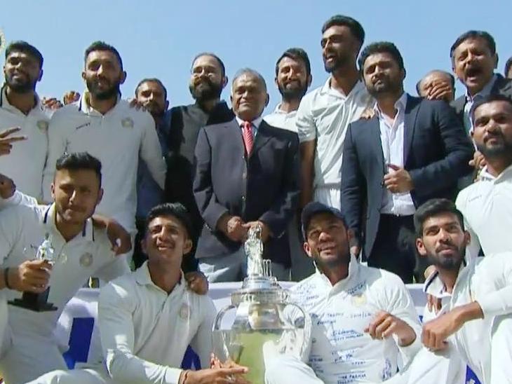 इस साल सौराष्ट्र रणजी ट्रॉफी का चैम्पियन बना था। पिछले महीने हुए फाइनल में उसका सामना बंगाल से हुआ था। मैच तो ड्रॉ रहा था। लेकिन पहली पारी में बढ़त के आधार पर सौराष्ट्र को विजेता घोषित किया गया। - Dainik Bhaskar