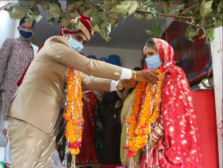 अक्षय तृतीया पर भोपाल में हुई एक शादी में दूल्हा-दुल्हन ने मास्क लगाया और सोशल डिस्टेंसिंग का पालन भी किया। - Dainik Bhaskar