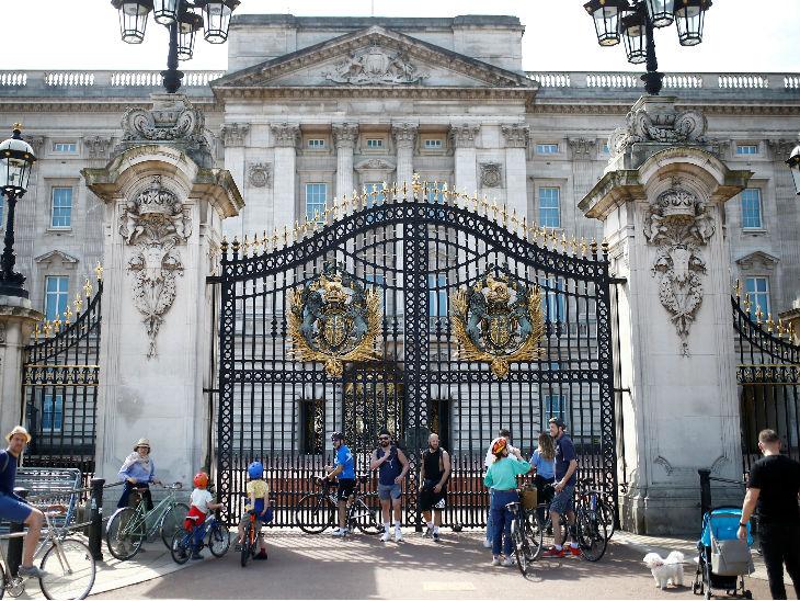 महामारी के बीच रविवार को लंदन स्थित बकिंघम पैलेस के बाहर लोग नजर आए।