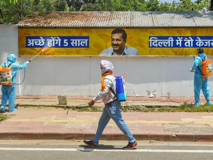 तस्वीर दिल्ली की है। यहां कांग्रेस कार्यकर्ताओं ने प्रोटेक्टिव सूट पहनकर आप के पार्टी ऑफिस के पास के इलाके को सैनिटाइज किया। कांग्रेस ने कोरोना की धुलाई कैंपेन लॉन्च किया।