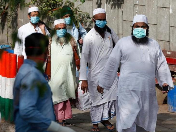 तस्वीर दिल्ली के निजामुद्दीन मरकज की है। यहां मार्च के आखिर में तब्लीगी जमात के आयोजन में आए 2300 से ज्यादा लोगों को निकाला गया था, इनमें से कई कोरोना संक्रमित मिले। (फाइल) - Dainik Bhaskar