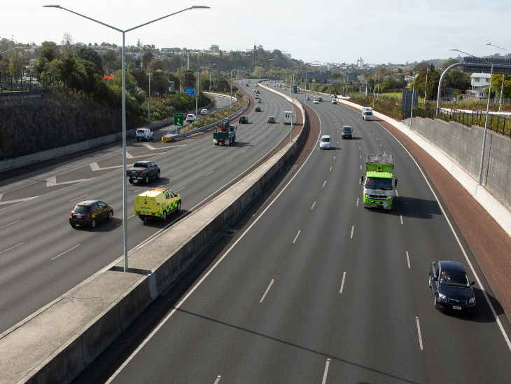 ये तस्वीर न्यूजीलैंड के ऑकलैंड शहर की है। सोमवार से ही यहां पर लॉकडाउन में थोड़ी ढील देकर लेवल-3 लागू किया गया है।