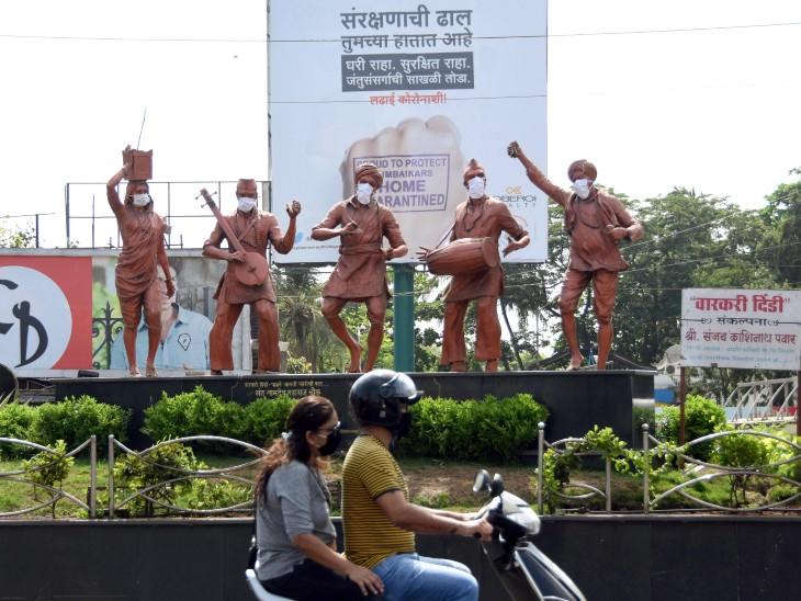 कोरोना को लेकर लोगों को जागरूक करने के लिए हर कोई अपने तरीकों से प्रयास कर रहा है। मुंबई के एक चौराहे पर लगी वारकरी दिंडी के पुतलों को मास्क पहनाया गया है।