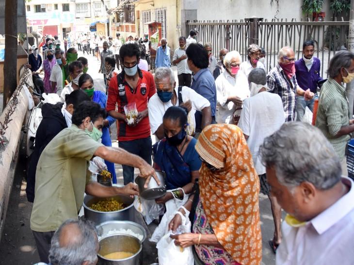 मुंबई के धारावी में खाना लेने के लिए जमा हुई भीड़। यहां करीब 250 लोग कोरोना संक्रमित हो चुके हैं।