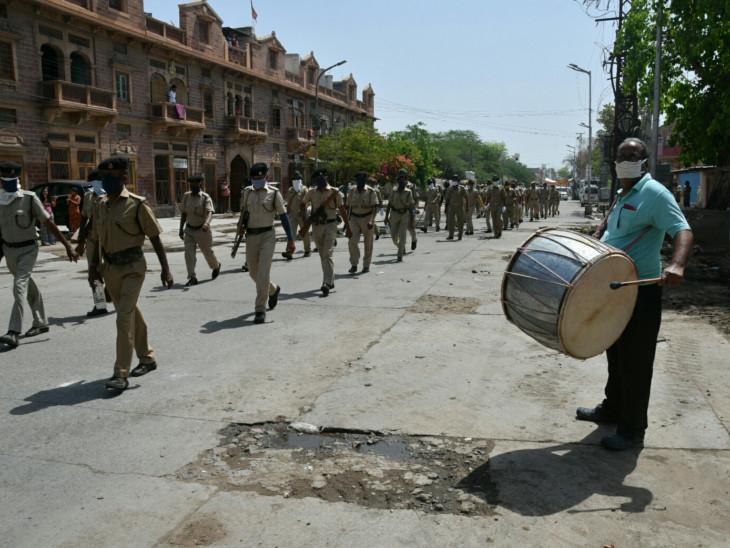 यह तस्वीर जोधपुर की है। यहां पुलिस ने सोमवार को फ्लैग मार्च निकाला। जोधपुर में अब तक संक्रमण के 435 मामले सामने आ चुके हैं।