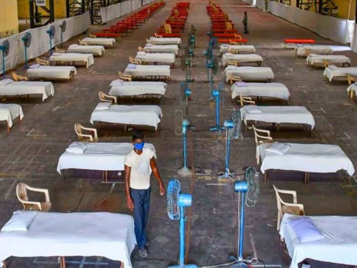 बॉम्बे एक्जीबिशन सेंटर को क्वारैंटाइन सेंटर बनाने की तैयारी में जुटे बीएमसी कर्मचारी। यहां करीब 500 बेड लगाए जाने हैं। - Dainik Bhaskar