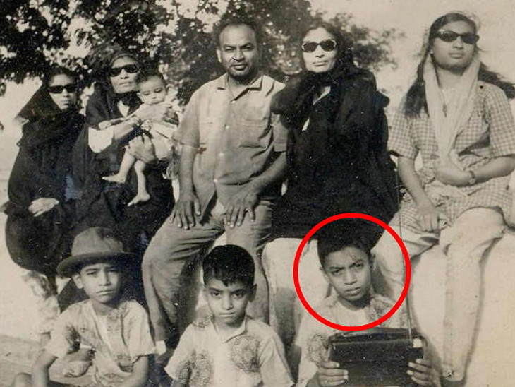 यह इरफान (लाल घेरे में) के बचपन की तस्वीर है। वे अपने परिवार के साथ हैं।