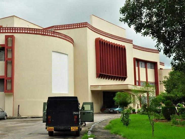 यह जयपुर का रविंद्र मंच है। इरफान ने पहला नाटक यहीं किया था।