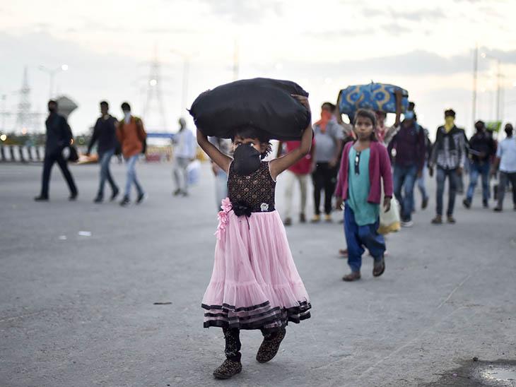 ये तस्वीर भी 27 मार्च की दिल्ली-यूपी बॉर्डर के पास एनएच-24 की है। प्रवासी मजदूरों की जो भीड़ शहरों से अपने गांव की तरफ जा रही थी। उनमें छोटे-छोटे बच्चे भी थे।