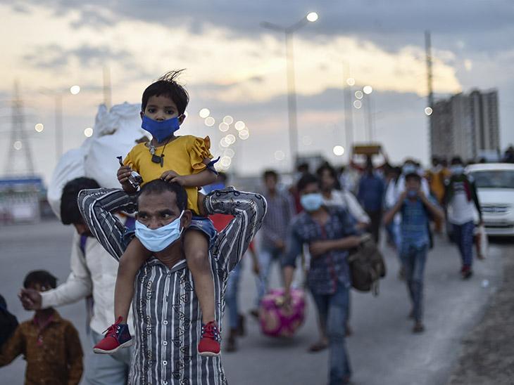 ये तस्वीर 27 मार्च की दिल्ली-यूपी बॉर्डर की है। लॉकडाउन लगने के दो दिन बाद ही प्रवासी मजदूर बच्चों को कंधे पर बैठाकर पैदल ही घर के लिए निकल पड़े थे।
