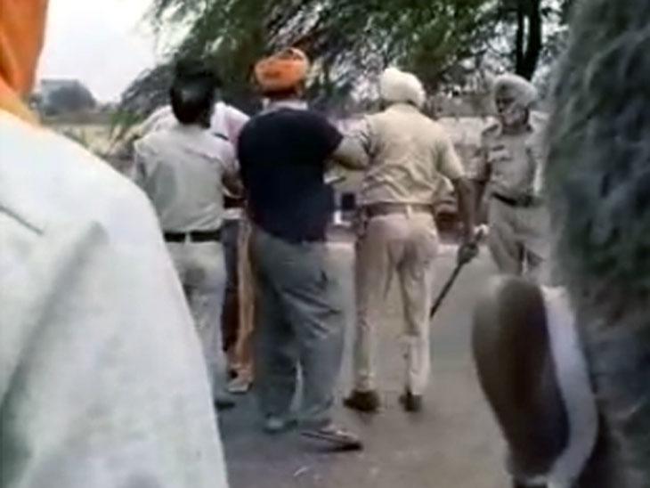 झगड़े के दौरान बीच-बचाव करते आसपास मौजूद लोग और पुलिस विभाग के कर्मचारी।