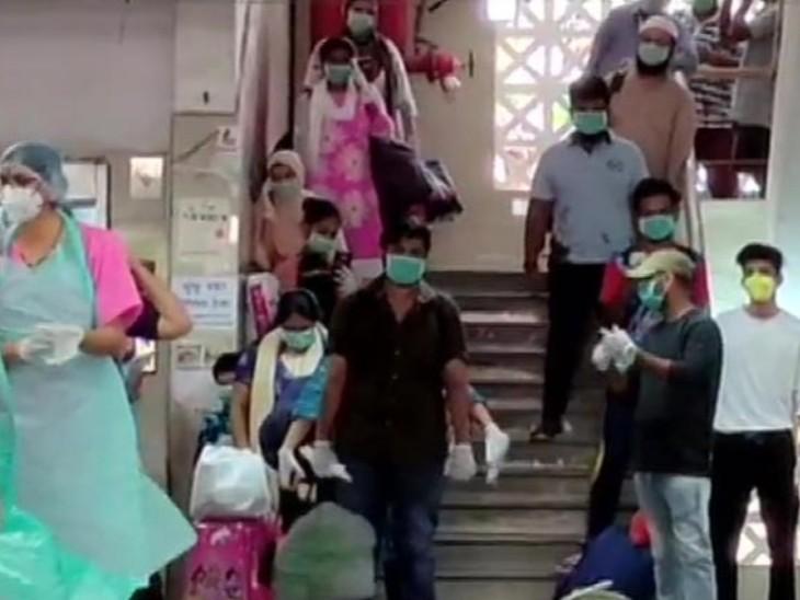 यह तस्वीर मुंबई की है। यहां मीरा भायंदर के एक अस्पताल में 56 कोरोना मरीजों को ठीक होने के बाद छुट्टी दी गई। - Dainik Bhaskar