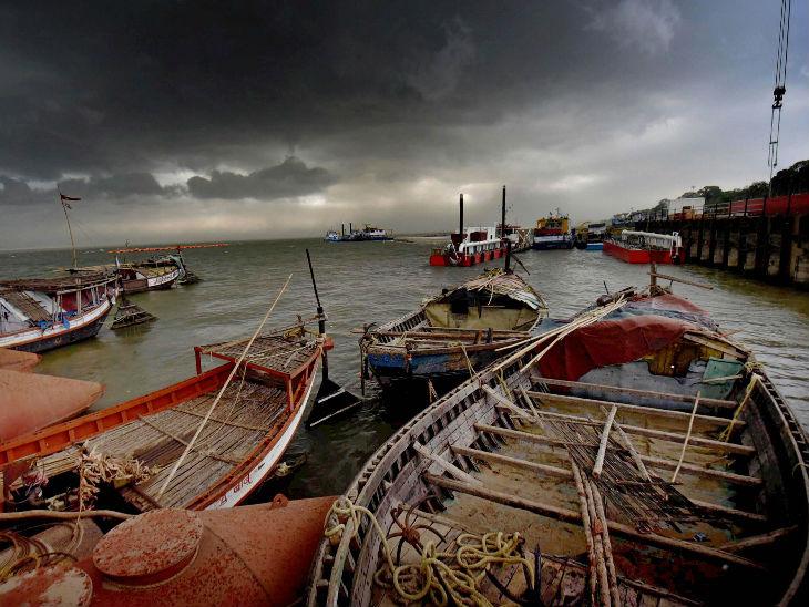 पटना में शुक्रवार शाम काली घटाएं घिर गईं। यह तस्वीर गंगा तट की है। लॉकडाउन की वजह से लोगों की आवाजाही बंद है और नाव घाटों पर खड़ी हें।