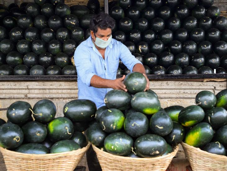 यह तस्वीर नागपुर की है। लॉकडाउन में फल और सब्जी की दुकानें खोलने की छूट है, लेकिन ग्राहक कम ही आ रहे हैं।
