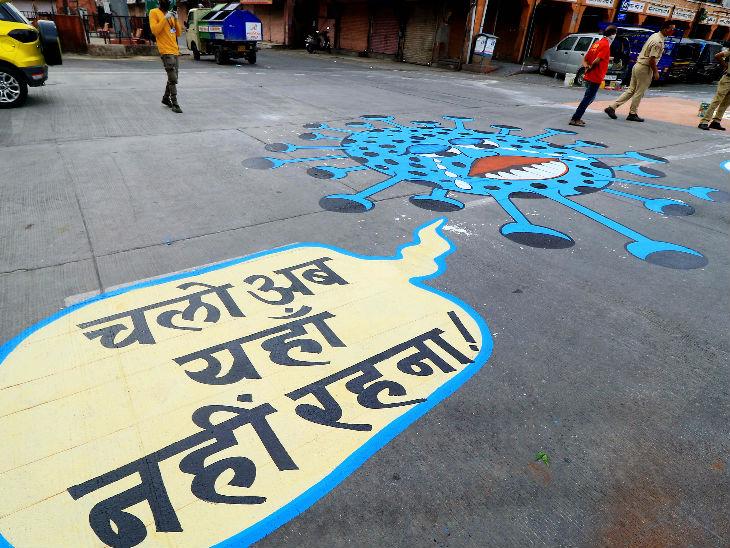 यह तस्वीर जयपुर के अजमेरी गेट की है। यहां जागरूकता के लिए सूनी सड़क पर कोरोनावायरस की बड़ी सी तस्वीर बनाई गई है।