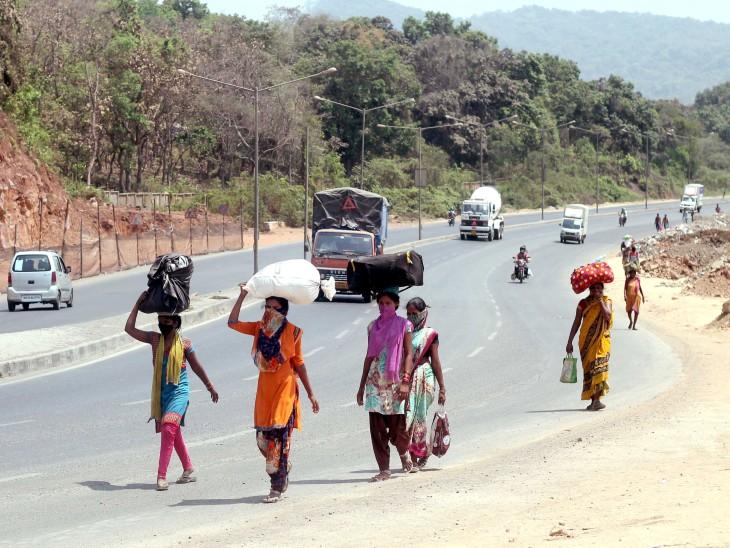 मुंबई के उपनगर मीरा-भायंदर में रहने वाले कुछ मजदूर शुक्रवार को अकोला के लिए पैदल रवाना हुए।