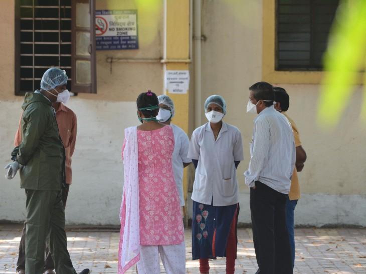 सातारा जिले के कराड में एक हॉस्पिटल के बाहर खड़े स्वास्थ्यकर्मी। यहां अब तक 6 अस्पतालकर्मी संक्रमित हो चुके हैं।