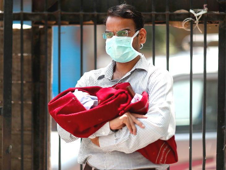 यह तस्वीर दिल्ली की है। यहां शनिवार को एक व्यक्ति अपने 10 महीने के बच्चे का कोरोना टेस्ट कराने के लिए पहुंचा।