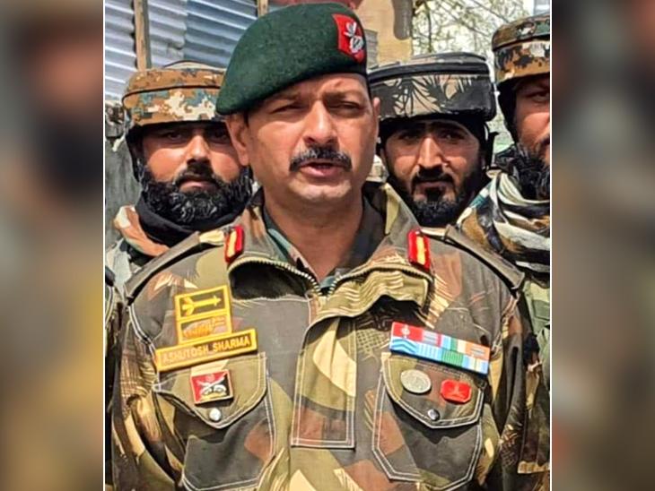 शहीद कर्नल आशुतोष शर्मा के परिवार में पत्नी और 12 साल की एक बेटी है। दोनों जयपुर में रहते हैं। (फाइल फोटो) - Dainik Bhaskar