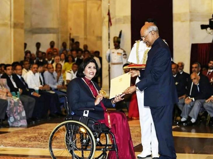 पिछली बार राष्ट्रपति रामनाथ कोविंद ने दीपा मलिक को राजीव गांधी खेल रत्न पुरस्कार से सम्मानित किया था। दीपा ने पैरालिम्पिक में रजत पदक जीता है। - Dainik Bhaskar