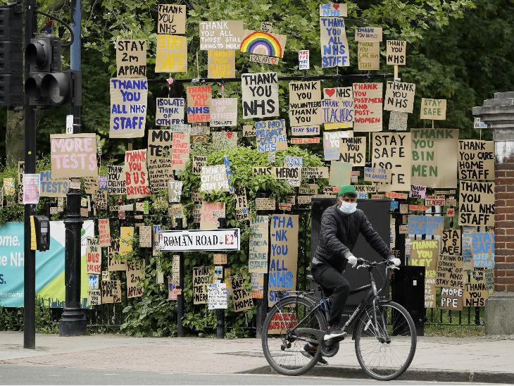लंदन में कोरोना के खिलाफ लड़ रहे एनएचएएस के स्वास्थ्यकर्मियों को धन्यवाद देता हुआ संदेश लिखा गया।