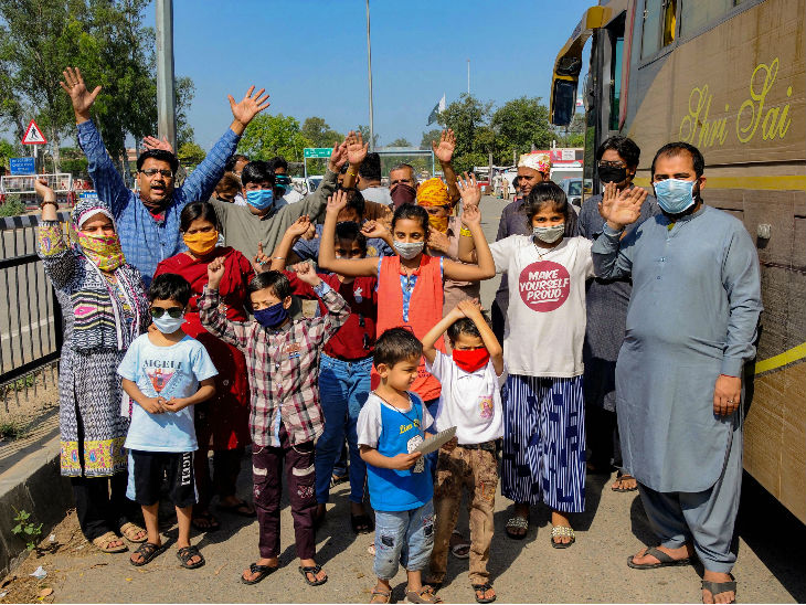 अमृतसर जिले में अटारी बॉर्डर से घर जाते पाकिस्तानी नागरिक। कोरोना के चलते भारत में कई पाकिस्तानी नागरिक फंसे हैं।