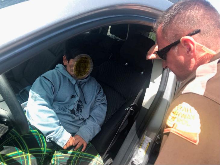 5 साल के बच्चे से पूछताछ करती पुलिस। उसकी पहचान उजागर नहीं की गई है। - Dainik Bhaskar
