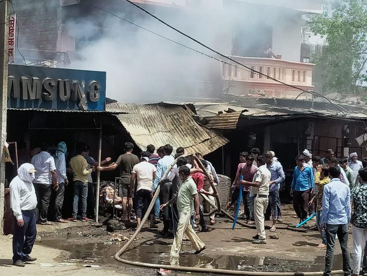 Khandwa News In Hindi : Fire In Indore Khandwa Update | Fire Accident Today In Madhya Pradesh Village Desh Near Indore Ichapur Highway, fire tenders were rushed to the spot | इंदौर-इच्छापुर हाईवे पर भीषण आगजनी में 5 दुकानें जलकर खाक, 10 फायर ब्रिगेड की मदद से आग पर पाया काबू